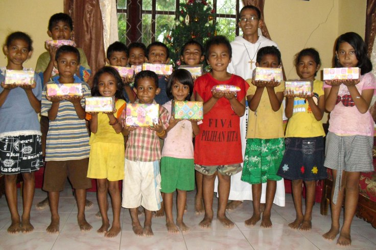 First Christmas gifts for the children of Labuan Bajo 2010 (21 December 2010)