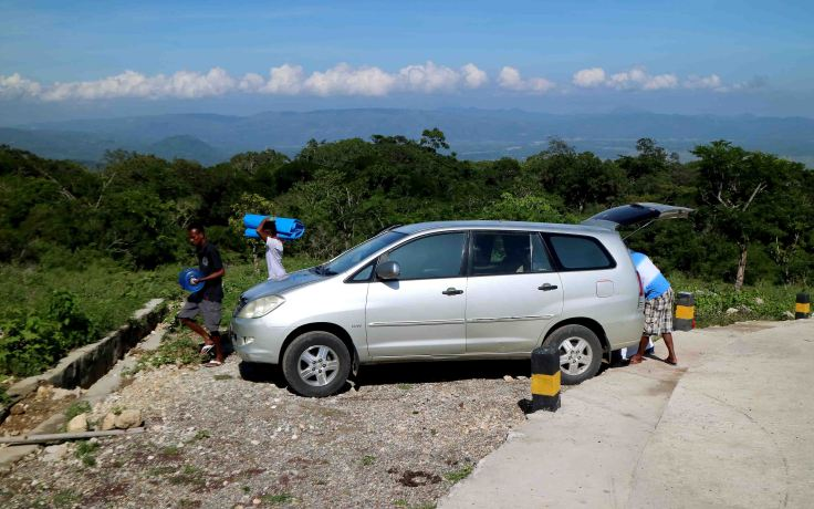 locals-helping-with-the-tarpaulins-and-supplies