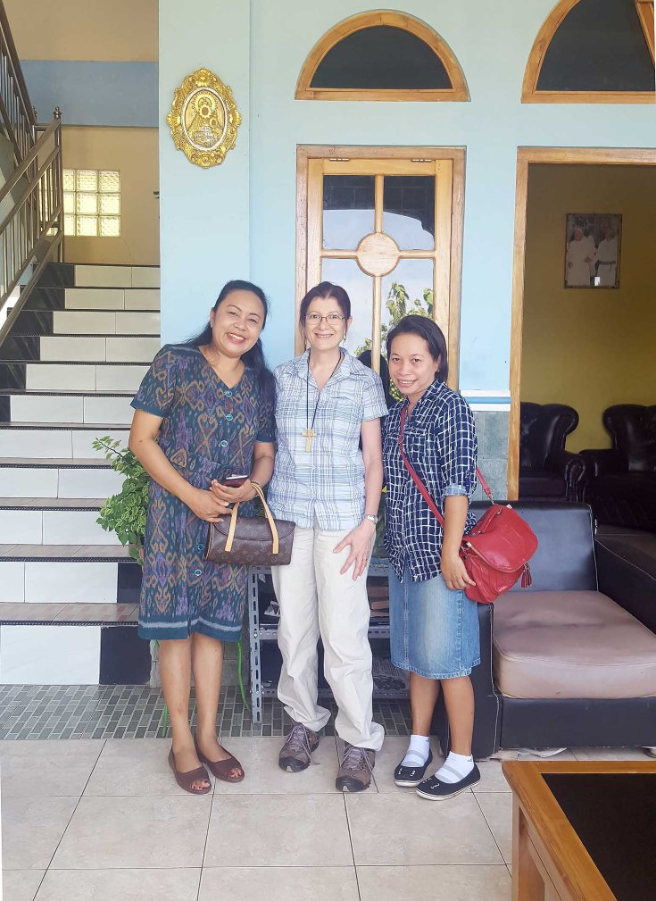 14-a-visit-to-the-monastery-by-the-wife-of-the-mayor-of-labuan-bajo-on-left-and-her-assistant-on-right