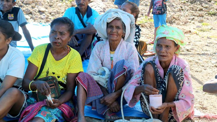 20-some-ladies-chewing-betel-nut