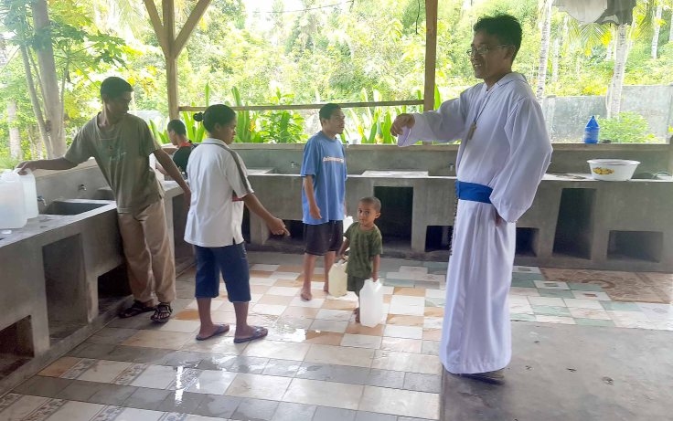 21-water-is-out-at-the-apostolate-and-everyone-is-helping-to-carry-water