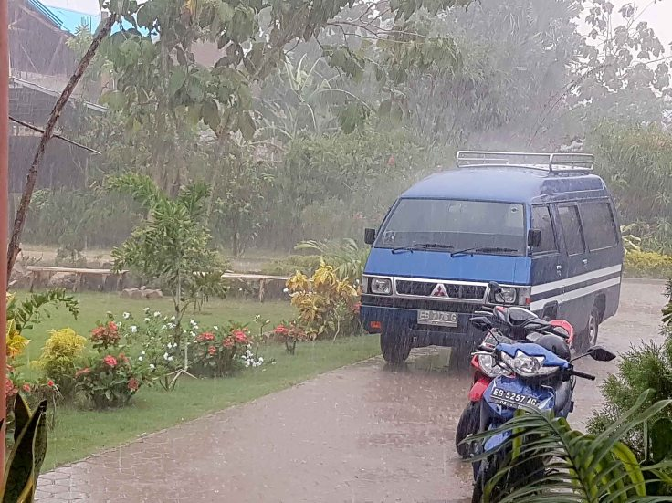 26-an-early-monsoon-rain-falls-in-november-2016